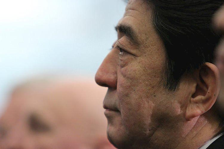 Shinzo Abe 2015 Large - من الضروري اتخاذ تدابير ضد مخاطر الهبوط من الخارج