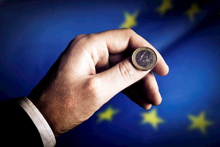 euro coin flip 19340519 Large - يورو/دولار EUR/USD: مشاكل في منطقة اليورو تؤدي لانخفاض الزوج هذا العام
