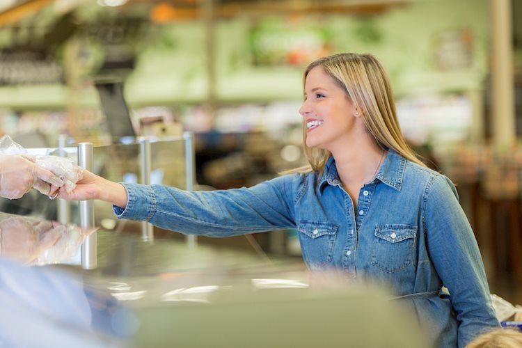 supermarket customer purchasing deli meat from counter gm503988440 82899729 Large - تحسن مؤشر الثقة الاقتصادية في منطقة اليورو إلى 102.8 في يناير/كانون الثاني مقابل 101.8 المتوقع