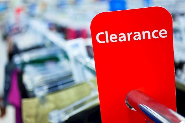 ale clearance sign on rail in clothes shop gm136838233 18862397 Large - ارتفعت مبيعات التجزئة بنسبة 0.9 ٪ في نوفمبر مقابل 0.4 ٪ المتوقعة