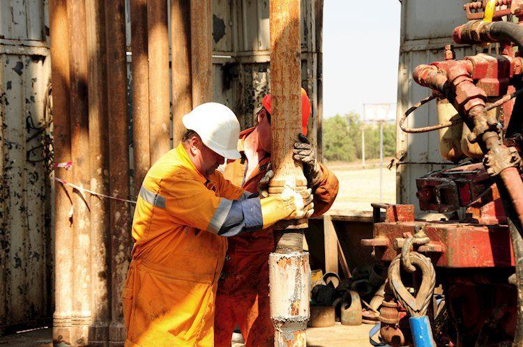drilling rig workers 13770923 Large - يوم الاثنين 20 يناير: تعرض الباوند لضغوط بسبب خطط خروج بريطانيا من الاتحاد الأوروبي ، مشاكل في ضخ النفط في الشرق الأوسط، وعملة بيتكوين تعاني