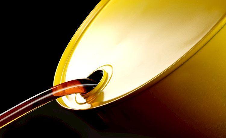 oil flows out of barrel 20436219 Large - خام غرب تكساس الوسيط يهبط إلى أدنى مستوياته في 7 أسابيع، ويقترب من 57.00 دولار