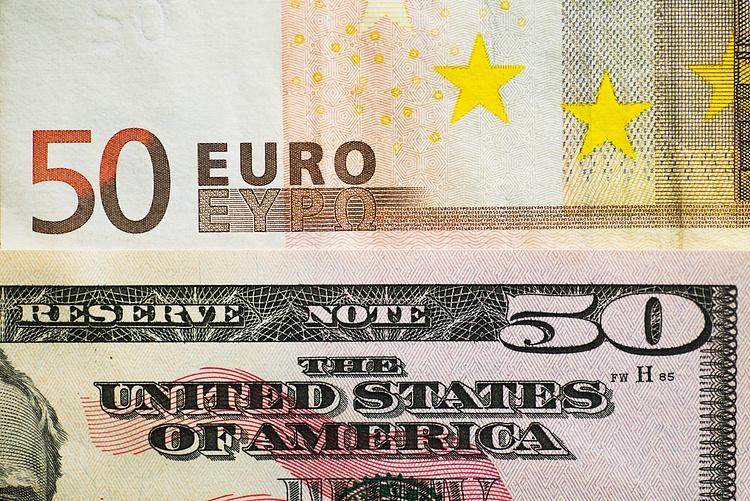 زوج يورو/دولار EUR/USD ينخفض إلى أدنى مستوياته في ثمانية أسابيع، ويثبت فوق 1.1000